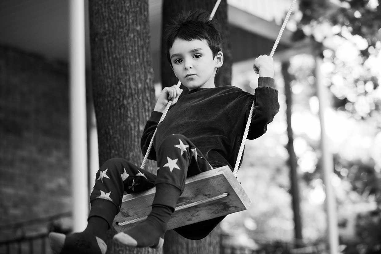Enfant sur une balançoire en chaussettes