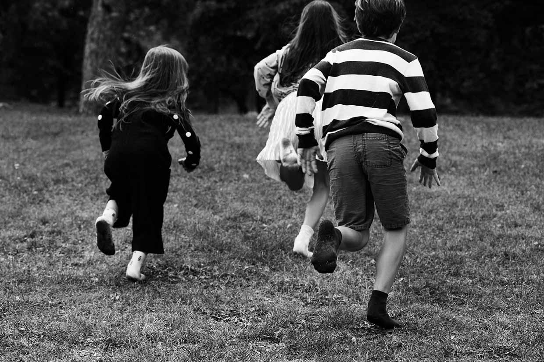 Enfants qui courent dans un parc en chaussettes